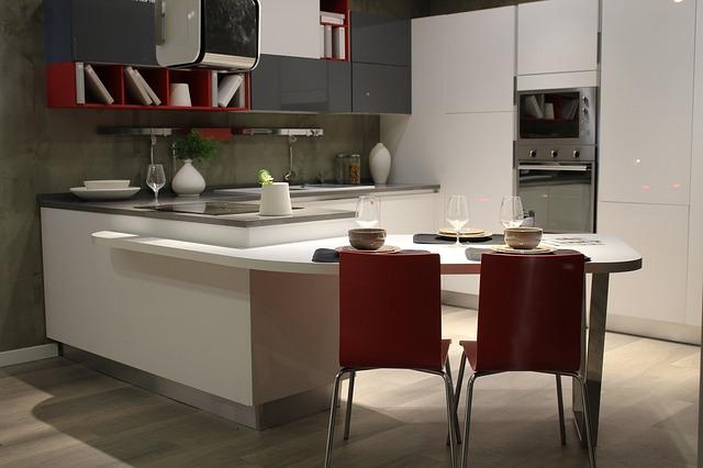 šedo červeno bílá kuchyně, židličky, ostrůvek