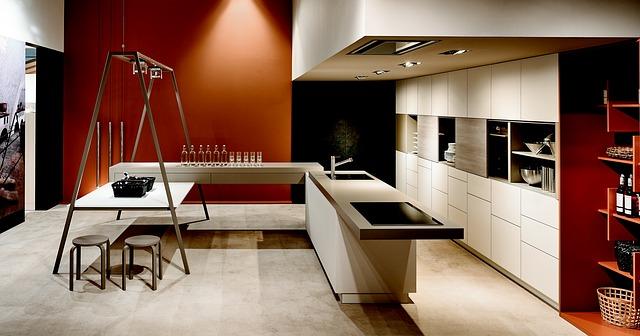 velká moderní bílá kuchyně, ostrůvek, židličky
