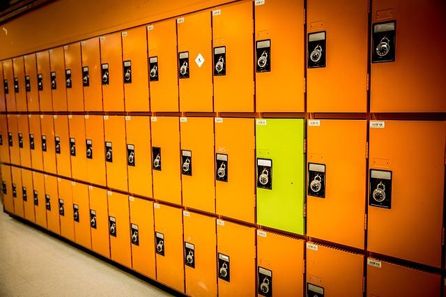 oranžové plechové skříně, žlutá skřínka