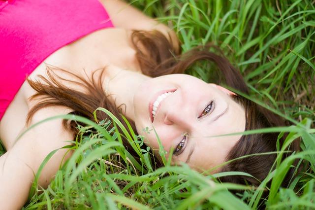 poležení v trávě
