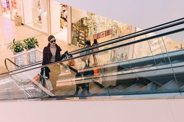 žena na eskalátorech