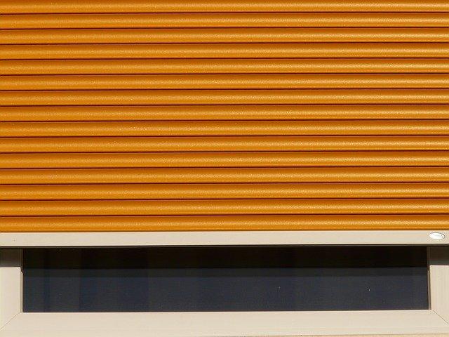 oranžové rolety na okně.jpg