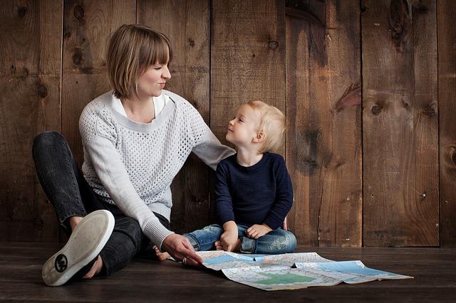 máma a dítě u mapy.jpg