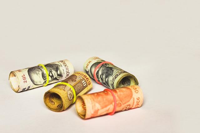 indické rupie – srolované bankovky
